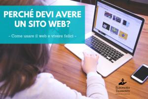 Perché avere un sito web: donna che usa il pc per navigare su internet